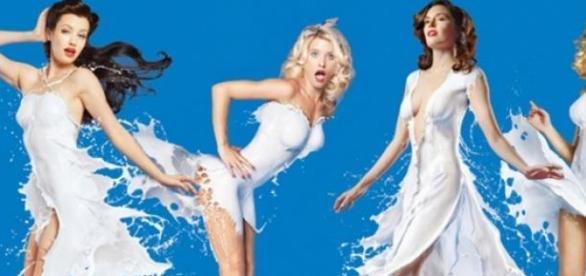 Modelos desnudas vestidas de la leche de Coca-Cola