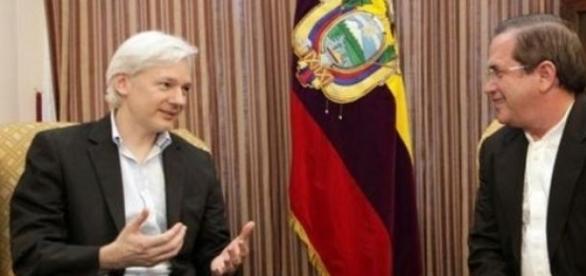 Assange baraja abandonar la embajada de Ecuador.