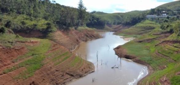 Represa faltando água, uma imagem triste de se ver