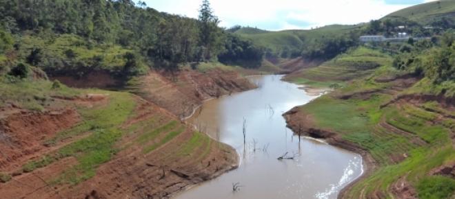 Falta de água na represa de São José dos Campos - SP esta imagem fica ao lado do Clube Espelho das Águas.