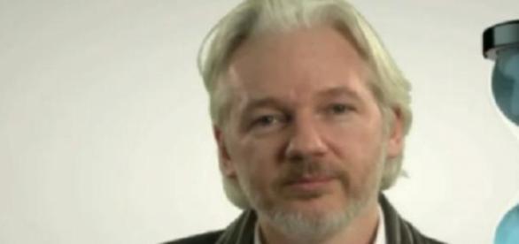 Assange, visitado por John Cusack y Arundahati Roy