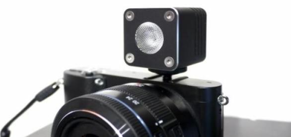 El flash Relio acoplado a una cámara reflex