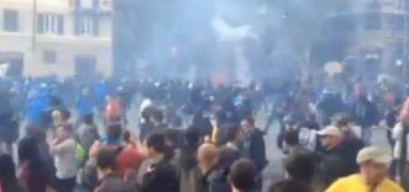 Un momento degli scontri a Roma, piazza Barberini.
