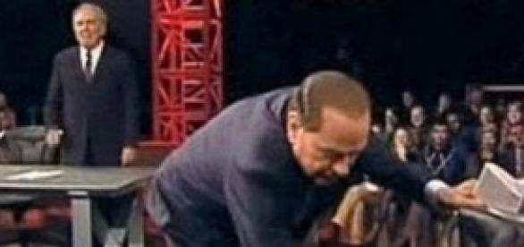 La famosa scena di Berlusconi da Santoro