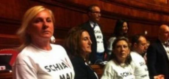 DL lavoro, Senatori M5S si incatenano con manette