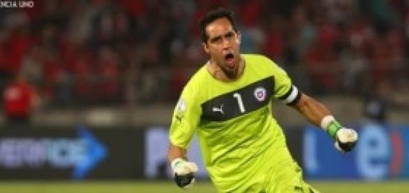 El arquero chileno, festejando un gol