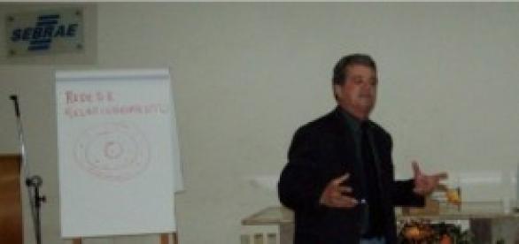 Tarcísio Neves ministrando palestra no SEBRAE