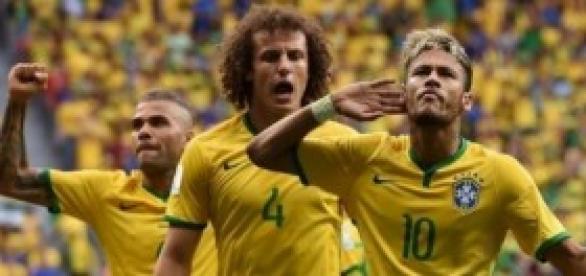 Neymar celebra con el público uno de sus goles.
