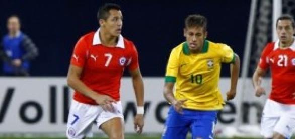 Neymar y Alexis disputan el balón en el partido