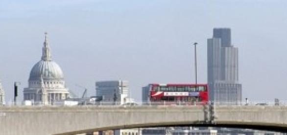 La City de Londres, detras del puente