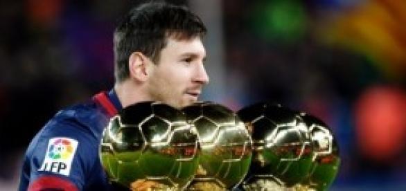 Leo Messi posando con sus 4 balones de oro.