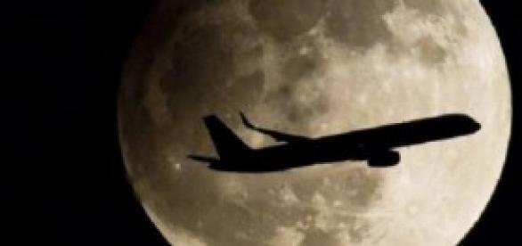 Un avión comercial surcando la noche