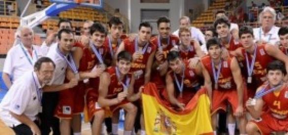 La selección española posando con la medalla