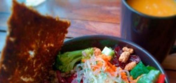 Almoço vegetariano com suco