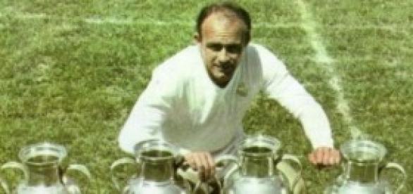 Di Stéfano posa con las Copas de Europa