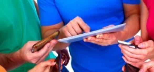 Adolescentes em grupo usando smartphones