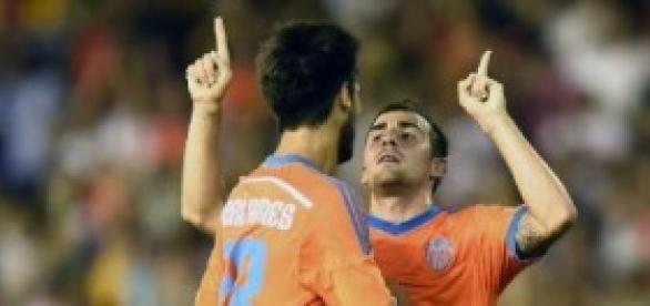 Paco Alcácer celebra el primer gol del partido