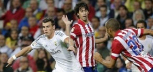 Gareth Bale y Miranda se disputan un balón.