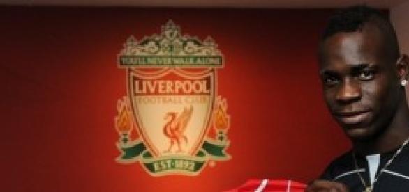 Balotelli ya posa con la camiseta del Liverpool.
