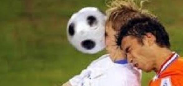Choque de cabeças, muito comum no futebol