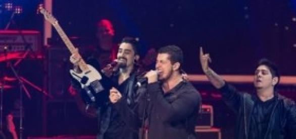 Banda Malta apresentando-se no SuperStar