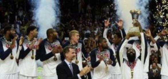 La selección de EE.UU levantando el trofeo