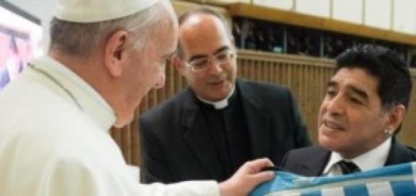 Diego Maradona en roma  con el Papa Francisco