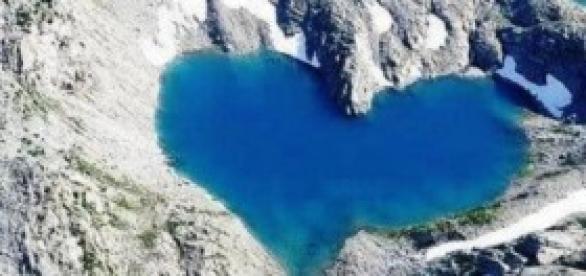 Lago no Vale de Hunza, no Himalaia.