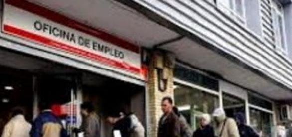 Largas colas frente a las oficinas de empleo