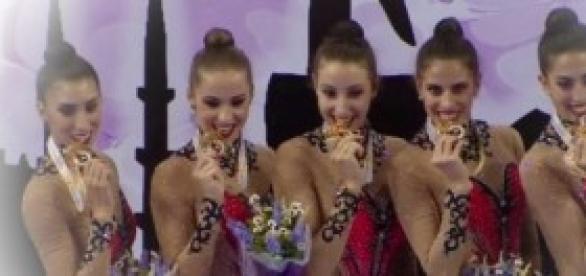 El conjunto español recibiendo el oro en Izmir