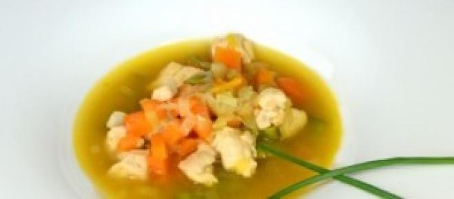 Rico plato de sopa de verduras y lentejas