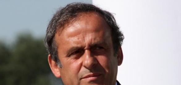 Platini é o alvo das críticas... e das bolas