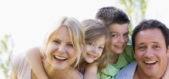 aceasta poza ilustreaza o familie fericita
