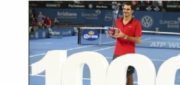 Federer recebendo o troféu por suas 1000 vtórias