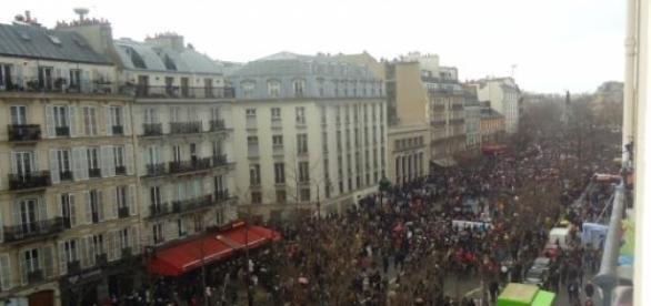 La foule rend hommage aux victimes des attentats.