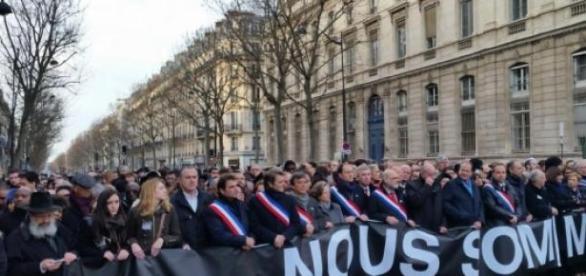Multidão unida em defesa da liberdade de expressão
