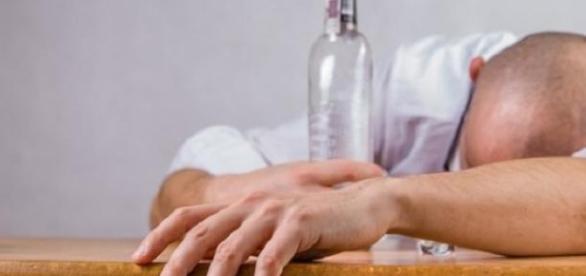 Acohol y exceso de trabajo guardan relación.