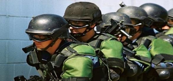 Policiais em uniforme anti-terrorismo