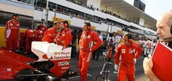 Adrian Newey regardant la Ferrari