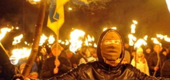 Les ultras nationalistes défilent à Kiev.