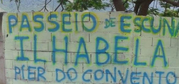 Em São Sebastião, escunas saem no pier do convento