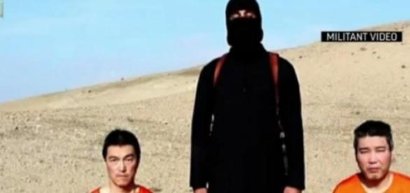 Imagem do vídeo divulgado pelo EI com dois reféns