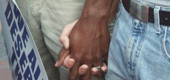 Mężczyźni trzymający się za ręce.