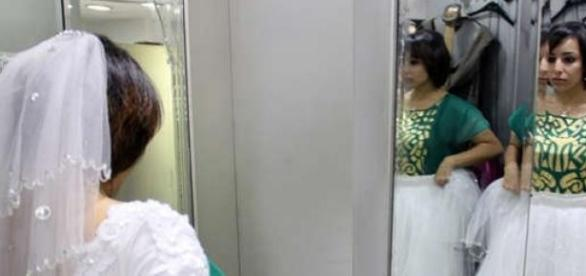 Samah Hamdi cumpre sua rotina vestida de noiva