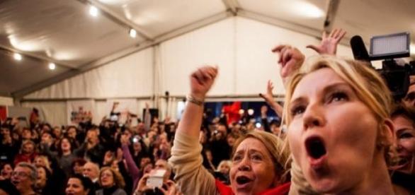 Apoiantes do Syriza festejam.