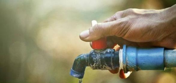 Água é preciso economizar para não faltar.