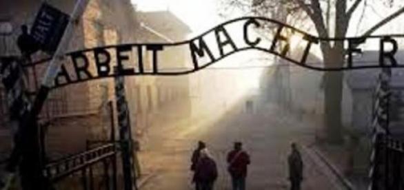 A tétrica e triste visão da entrada de Auschwitz