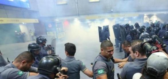 Confusão entre manifestantes e Polícia Militar