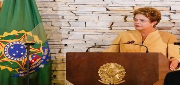 Dilma Rousseff discursando em reunião ministerial