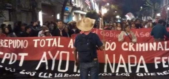 Padres protestando por la desparición de sus hijos